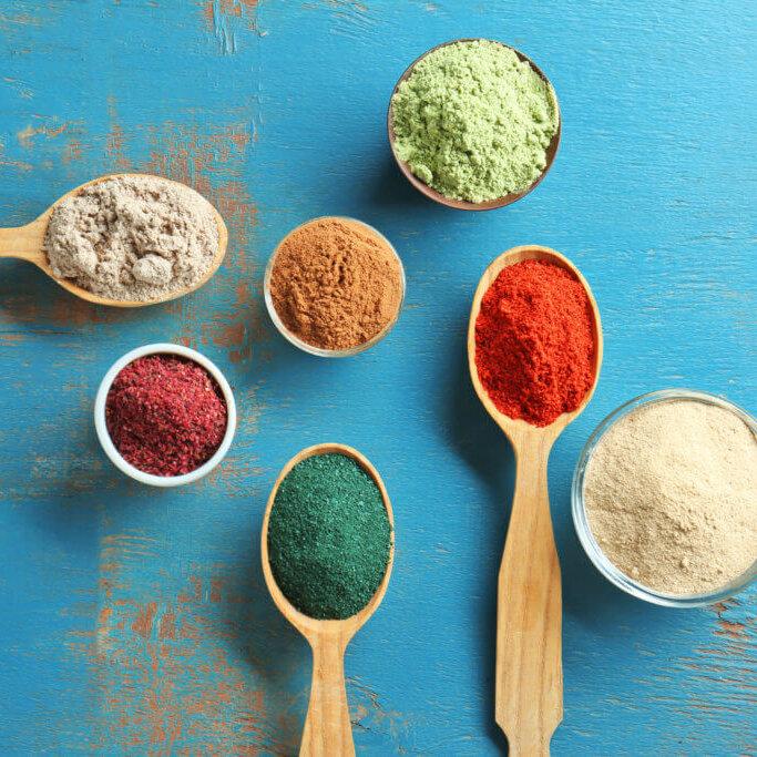 Frucht- & Gemüseextrakte / färbende Lebensmittel, sowie weitere azorubinfreie Farbstoffe